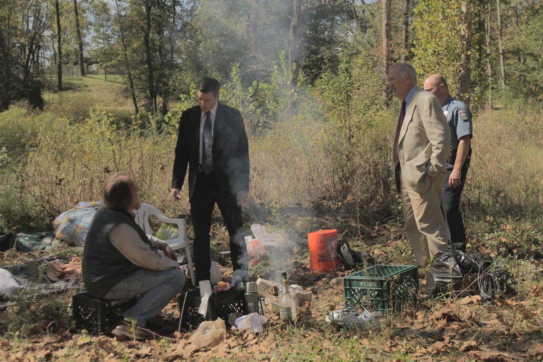 Nachdem eine aufgeblähte Leiche im Monument Creek-Fluss entdeckt wurde, befragt Lt. Joe Kenda (Carl Marino, 2.v.l.) einen Vagabunden, der am Flussuf... - Bildquelle: Jupiter Entertainment