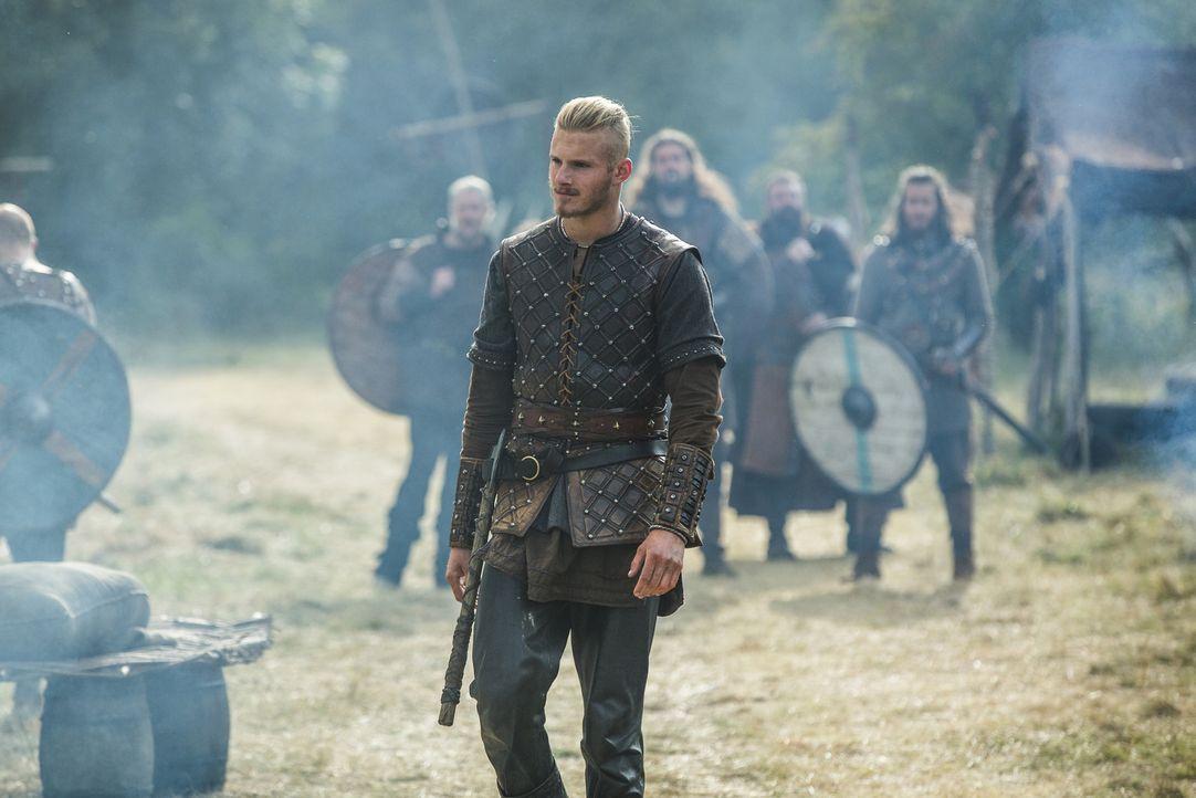 Während Paris triumphiert, müssen sich Bjorn (Alexander Ludwig) und die anderen mit einer blutigen Niederlage abfinden. Doch Ragnar weiß, dass er no... - Bildquelle: 2015 TM PRODUCTIONS LIMITED / T5 VIKINGS III PRODUCTIONS INC. ALL RIGHTS RESERVED.