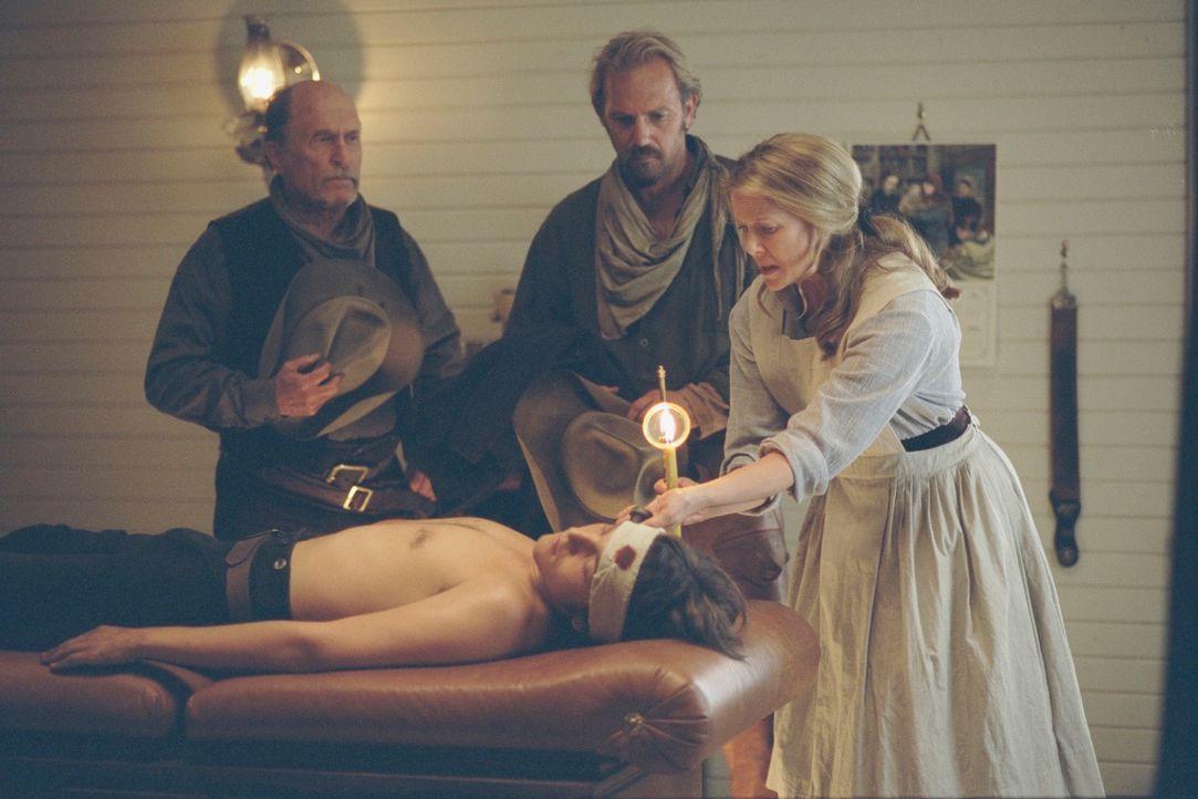 Nachdem Button (Diego Luna, liegend) angeschossen wurde, schwören Boss (Robert Duvall, l.) und Charlie (Kevin Costner, M.) auf Rache. Sue Barlow (An... - Bildquelle: Touchstone Pictures