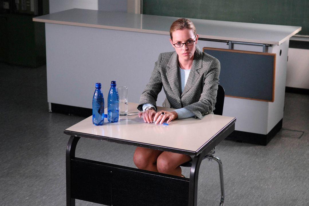 Um die Stelle als Stationsärztin zu ergattern, präsentiert sich Edda (Simone Hanselmann) von einer ganz neuen Seite: konservativ und seriös. Als sie... - Bildquelle: Marco Nagel ProSieben