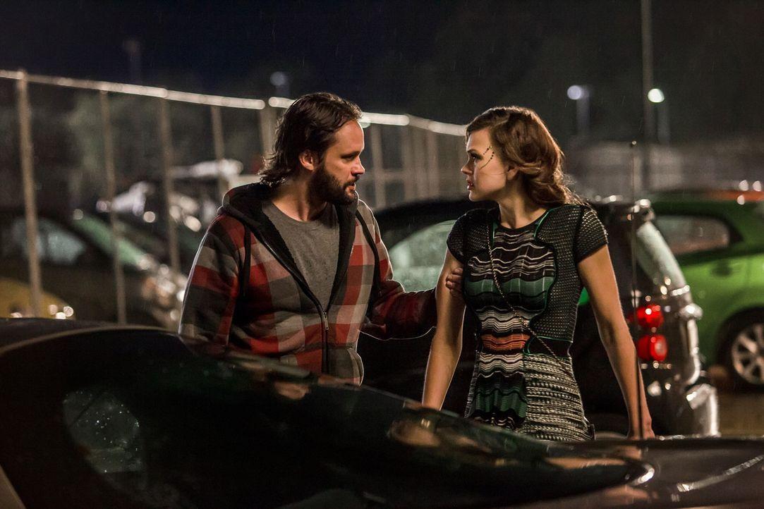 Als Vartan (Marcus Hester, l.) erfährt, dass möglicherweise ein menschliches Mädchen von einem Atrianer schwanger ist, will er Emery (Aimée Teegarde... - Bildquelle: 2014 The CW Network, LLC. All rights reserved.