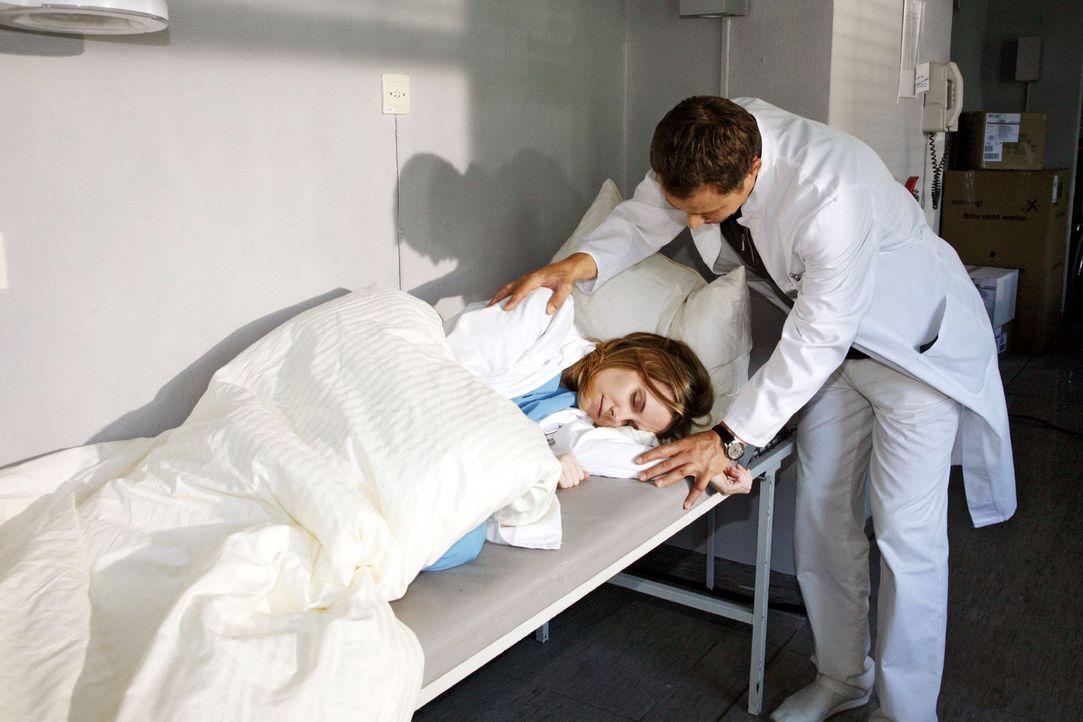 Luisa (Jana Voosen, l.) schläft in der Klinik und wird morgens von Stephan (Andreas Brucker, r.) geweckt ... - Bildquelle: Mosch Sat.1