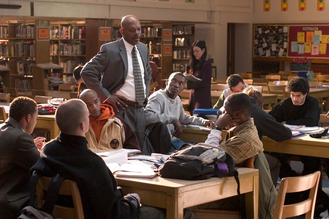 Nach Ansicht des idealistischen Lehrers und Basketballcoachs Carter (Samuel L. Jackson, M.) schaffen einfach zu wenige Schüler den Schulabschluss. A... - Bildquelle: CBS International Television