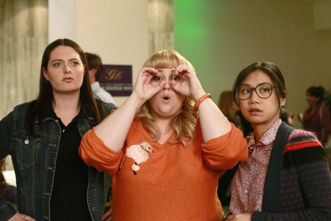Kimmie (Rebel Wilson, M.) und ihre Gang, bestehend aus Marika (Lauren Ash, l.) und Helen-Alice (Liza Lapira, r.), entscheiden sich, eine Art Vermitt... - Bildquelle: Warner Brothers