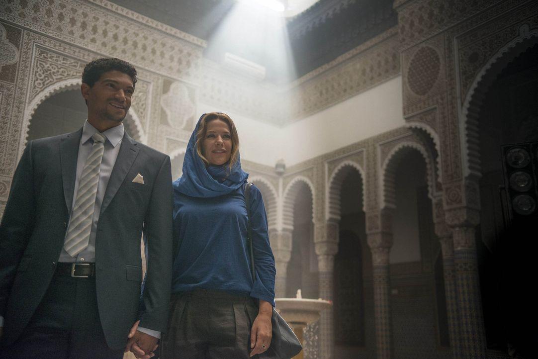 Schwer verliebt folgt die Wiener Fotografin Verena (Alexandra Neldel, r.) dem geheimnisvollen Araber Khalid (Mido Hamada, l.) nach Dubai. Sie weiß n... - Bildquelle: Sylvia Zeitlinger SAT.1
