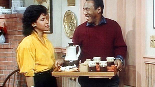 Cliff (Bill Cosby, r.) schwärmt sehr von der jungen Dame im Wohnzimmer, was C...