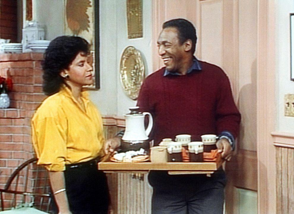 Cliff (Bill Cosby, r.) schwärmt sehr von der jungen Dame im Wohnzimmer, was Clair (Phylicia Rashad, l.) gar nicht gefällt. - Bildquelle: Viacom