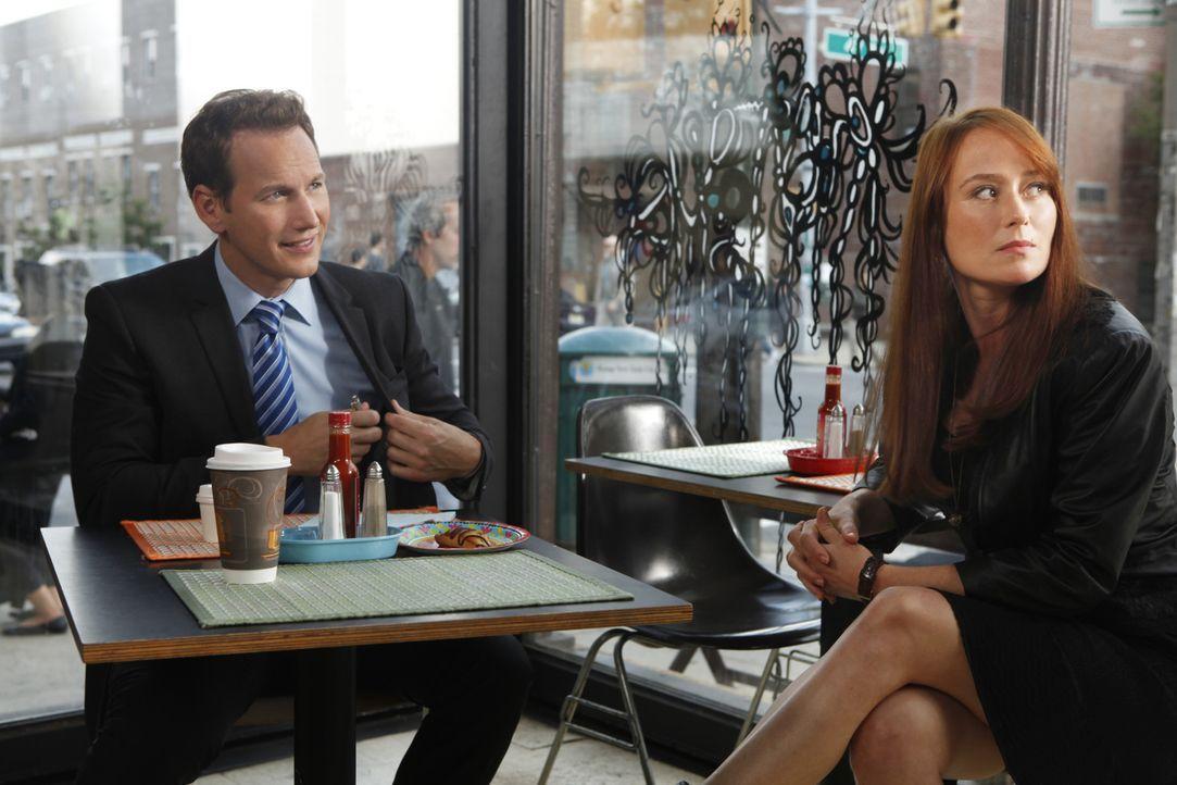 Dr. Michael Holt (Patrick Wilson, l.) muss sich wohl daran gewöhnen, dass seine verstorbene Ex-Frau Anna Paul (Jennifer Ehle, r.) immer wieder auft... - Bildquelle: 2011 CBS BROADCASTING INC. ALL RIGHTS RESERVED