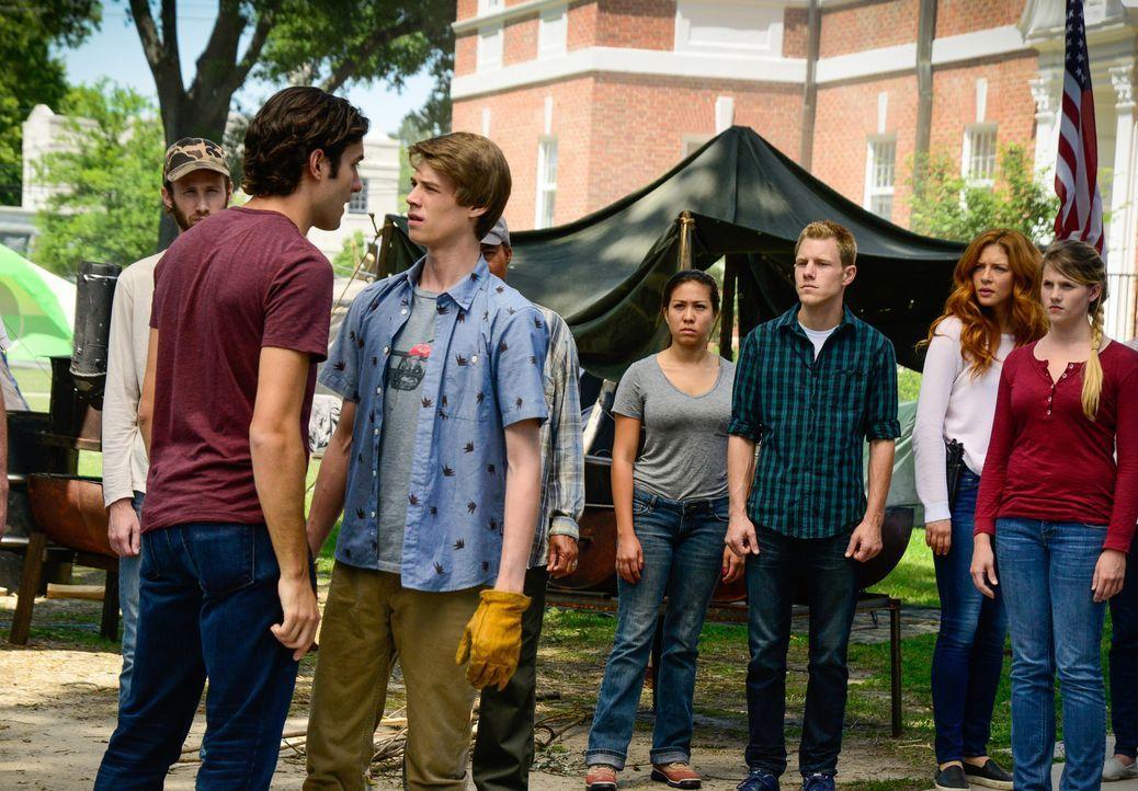 Julia (Rachelle LeFevre, 2.v.r.) ist geschockt, als sie erfährt, was Junior (Alexander Koch, 2.v.l.) mit Joe (Colin Ford, 3.v.l.) vor hat ... - Bildquelle: Brownie Harris 2015 CBS Studios Inc.