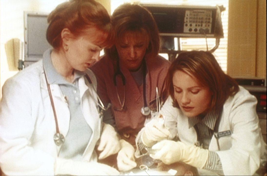 Dr. Weaver (Laura Innes, l.) muss eingreifen, als Dr. Lewis (Sherry Stringfield, r.) im Falle eines misshandelten Mädchens überzureagieren droht ... - Bildquelle: TM+  WARNER BROS.