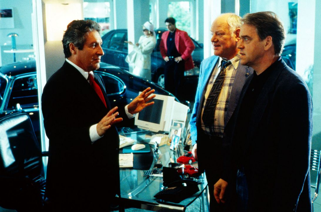Kommissar Wolff (Jürgen Heinrich, r.) und Sawatzki (Klaus Pönitz, M.) verhören Alfred Eisenreich (Volker Brandt, l.), der nach dem tragischen Unf... - Bildquelle: Alfred Raschke Sat.1