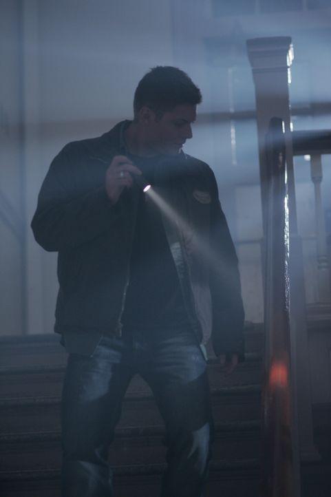 Sucht am örtlichen Campus nach Hinweisen um die grausamen Ereignisse aufzuklären: Dean Winchester (Jensen Ackles) ... - Bildquelle: Warner Bros. Television