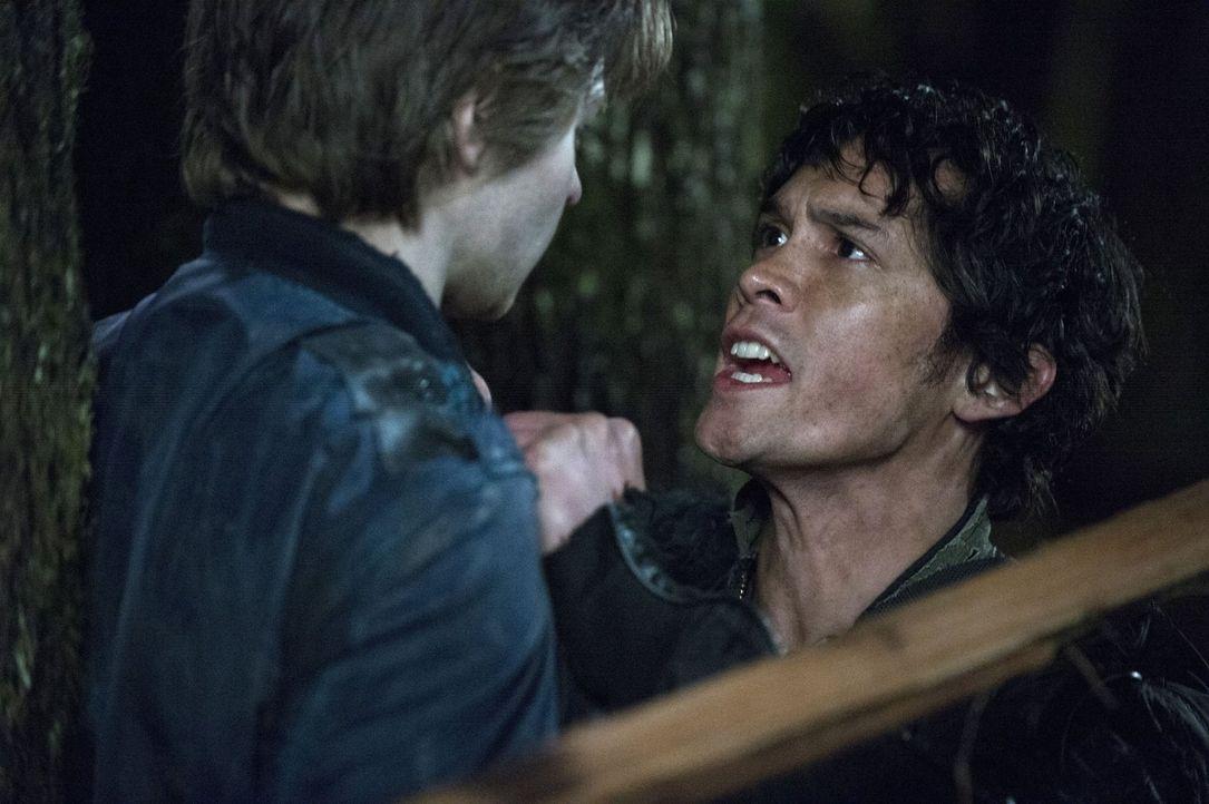 Die angespannte Situation strapaziert Bellamys (Bob Morley, r.) Nerven bis aufs Äußerste ... - Bildquelle: Warner Brothers