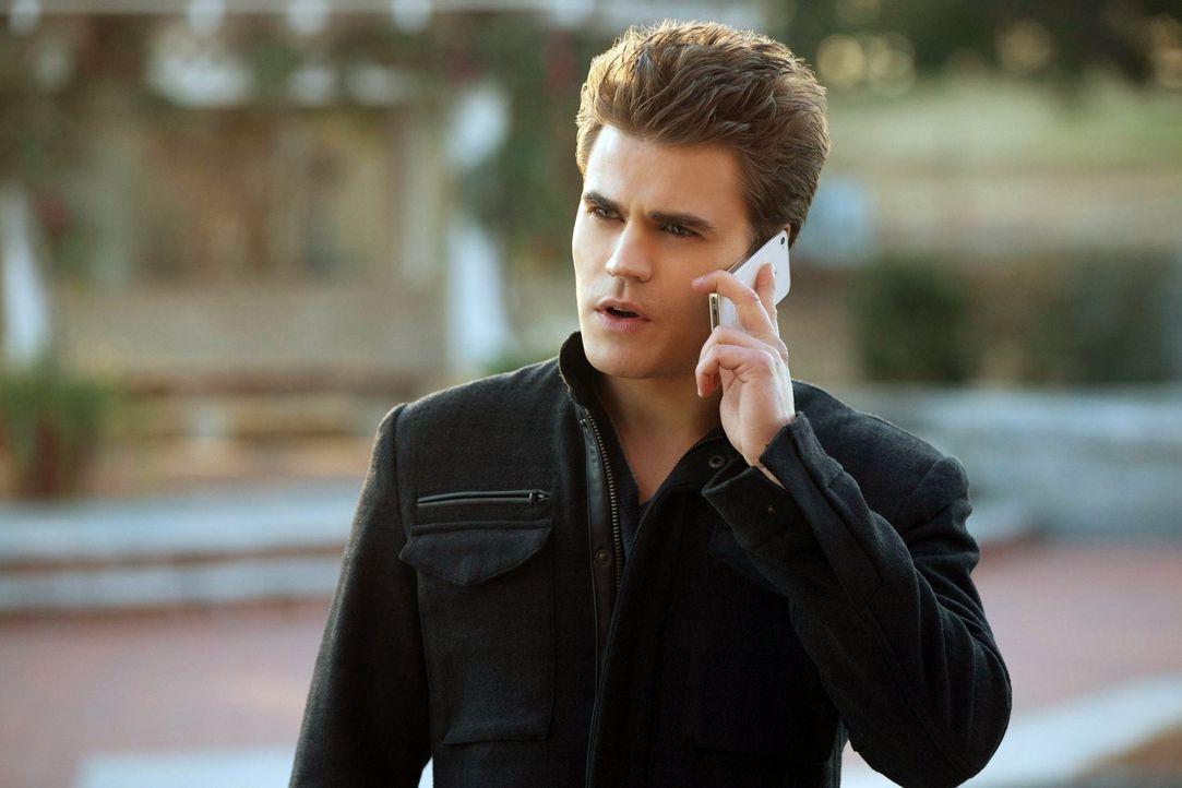 Ist verzweifelt auf der Suche nach Elena und Rebekah: Stefan Salvatore (Paul Wesley) - Bildquelle: Warner Brothers
