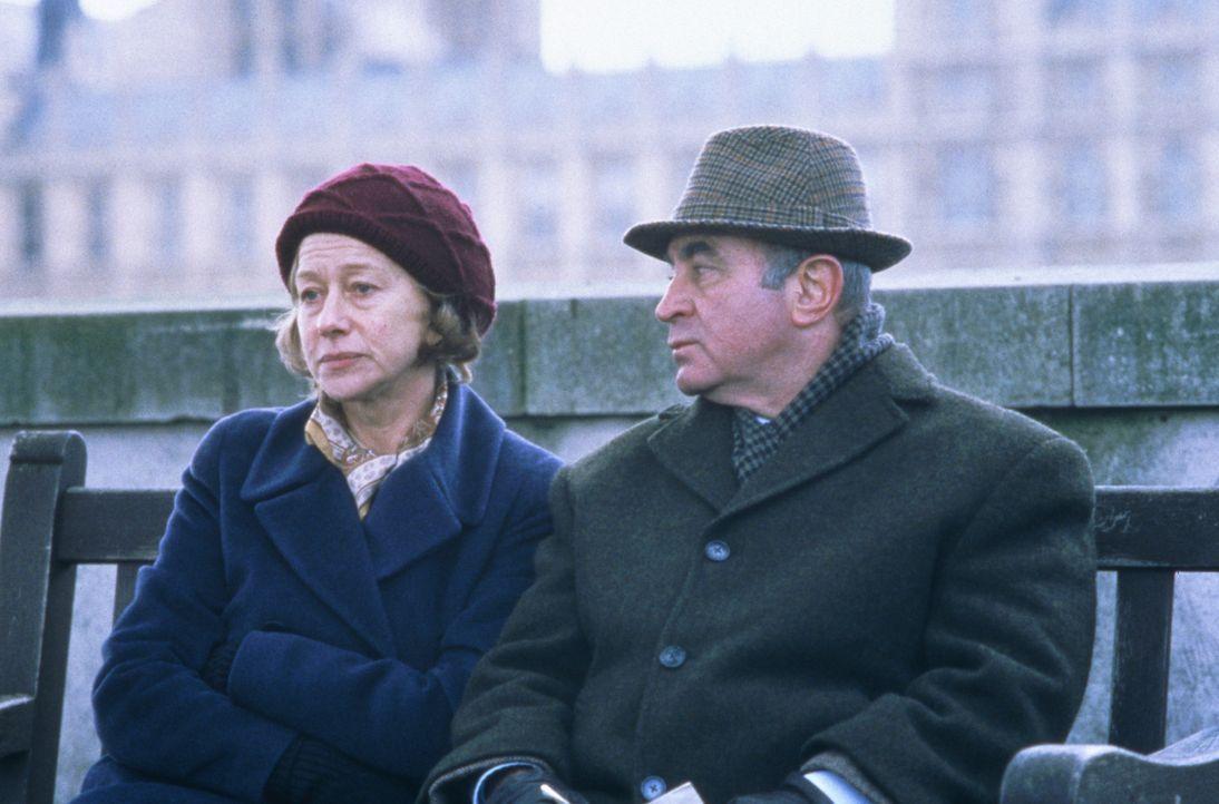 Auch für Jacks besten Freund Ray (Bob Hoskins, r.) und seine Frau Amy (Helen Mirren, l.) beginnt eine Reise in die Vergangenheit, die sie für imme... - Bildquelle: 2003 Sony Pictures Television International. All Rights Reserved.
