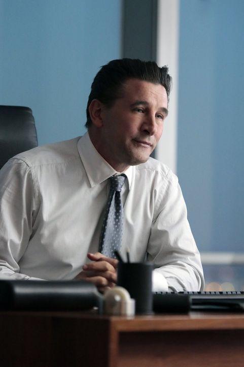 Hat Oliver (William Baldwin) etwas mit dem Tod an einem jungen Investmentgenie zu tun? - Bildquelle: Warner Brothers