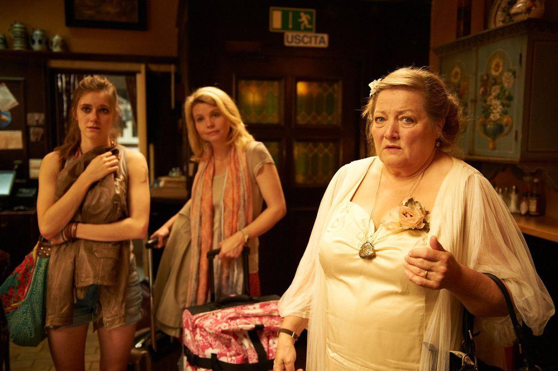 Als Oma (Marianne Sägebrecht, r.) sich auf den Weg nach Rom macht, beginnt für ihre Tochter Marie (Anette Frier, M.) und Enkelin Martina (Miriam S... - Bildquelle: Walter Wehner Sperl Productions