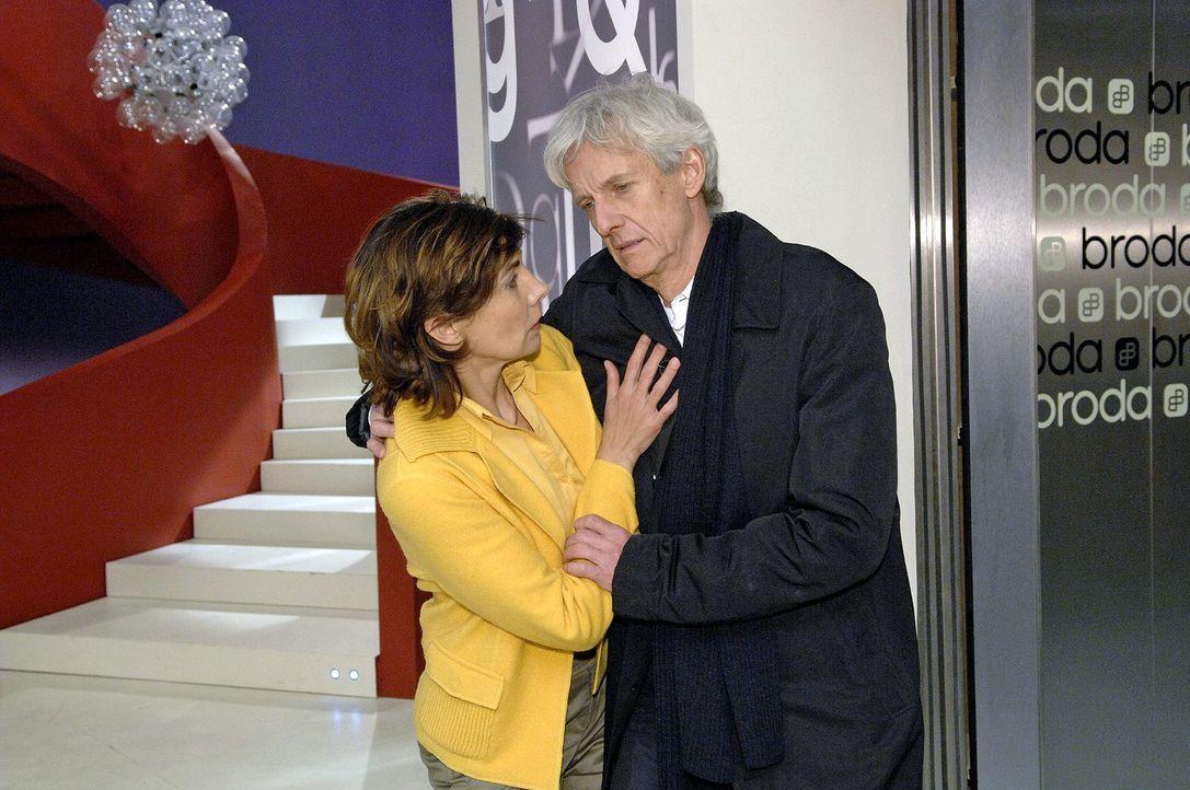 Steffi (Karin Kienzer, l.) stützt Robert (Mathieu Carrière, r.), als er nach einer Auseinandersetzung mit Gerrit die Treppe heruntergestürzt ist ...... - Bildquelle: Claudius Pflug Sat.1