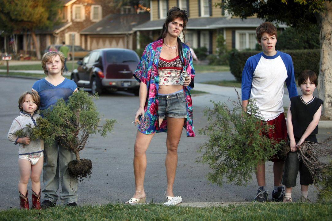 Der Apfel fällt nicht weit vom Stamm: Die Kinder der schrecklichen Nachbarin Rita (Brooke Shields, M.) sind genauso gemein wie die Mutter. Derrick (... - Bildquelle: Warner Brothers