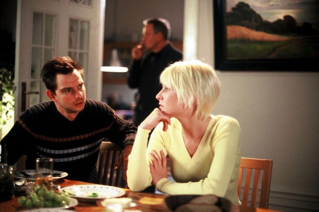 Verena (Nadine Seiffert, r.) hat Tom (Steven Mering, l.) und ihren Vater (Jürgen Heinrich, M.) zum Essen eingeladen. - Bildquelle: Leslie Haslam Sat.1