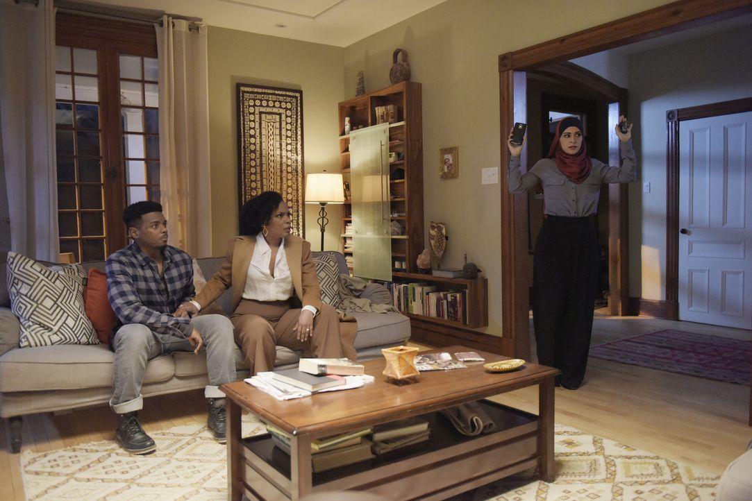 Sehen sich mit den Terroristen konfrontiert: Raina (Yasmine Al Massri, r.), Miranda (Aunjanue Ellis, M.) und Charlie (J. Mallory McCree, l.) ... - Bildquelle: Philippe Bosse 2015 ABC Studios