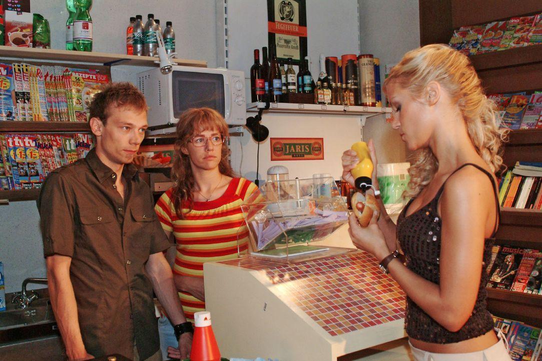 Jürgen (Oliver Bokern, l.) muss sich verbal einiges von Sabrina (Nina-Friederike Gnädig, r.) gefallen lassen - und das ausgerechnet vor Lisa (Alexan... - Bildquelle: Monika Schürle Sat.1