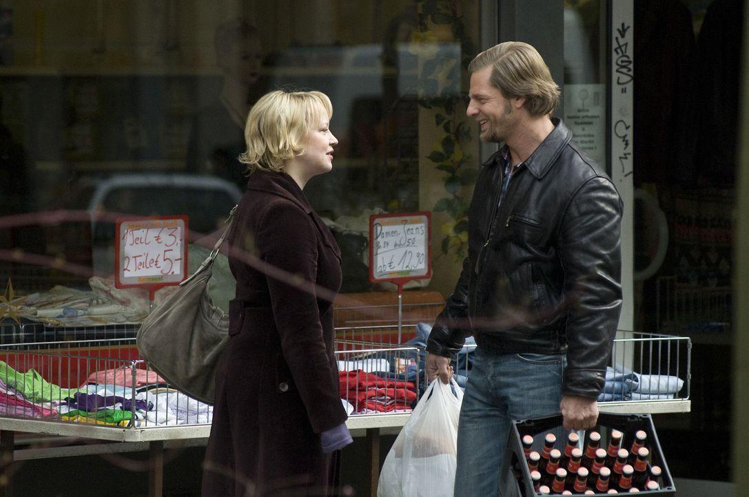Obwohl Lisa (Floriane Daniel, l.) immer wieder Mick (Henning Baum, r.) an den Scheidungstermin erinnert, verschläft er ihn trotzdem. Doch das ist ei... - Bildquelle: Martin Rottenkolber SAT.1