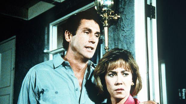 Marks Schwester Leslie (Mary McCusker, r.) und ihr Verlobter Bill (Joseph Hac...