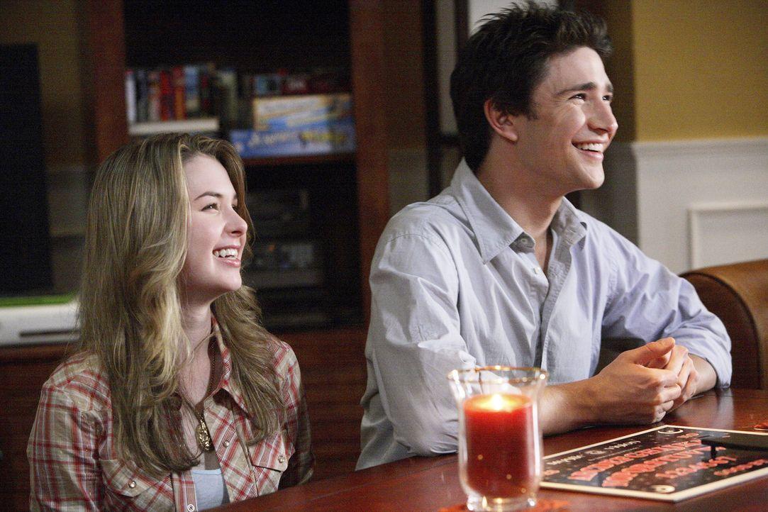 Noch bereitet das mysteriöse Spiel Kyle (Matt Dallas, r.) und Amanda (Kirsten Prout, l.) Vergnügen. Es dauert nicht mehr lange, bis überraschende... - Bildquelle: TOUCHSTONE TELEVISION