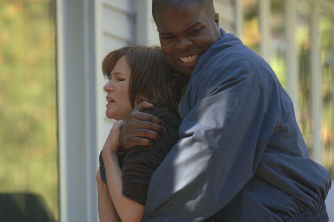 Debbie Smith' (Lea Thompson, l.) Leben ändert sich komplett, als sie in ihrem Haus mit einem Messer bedroht, nach draußen geschleppt und vergewalt... - Bildquelle: INCENDO SMITH PRODUCTION INC. All rights reserved