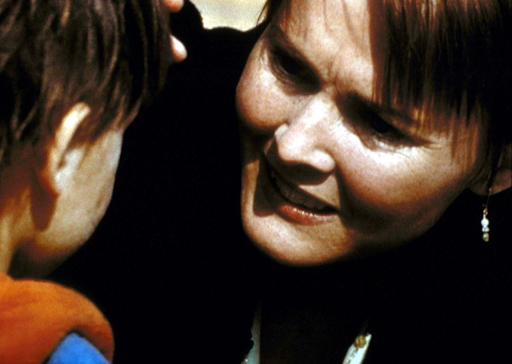 Kerry Weaver (Laura Innes, r.) liest einen verlassenen kleinen Jungen auf der Straße auf und nimmt ihn mit ins Krankenhaus. - Bildquelle: TM+  2000 WARNER BROS.