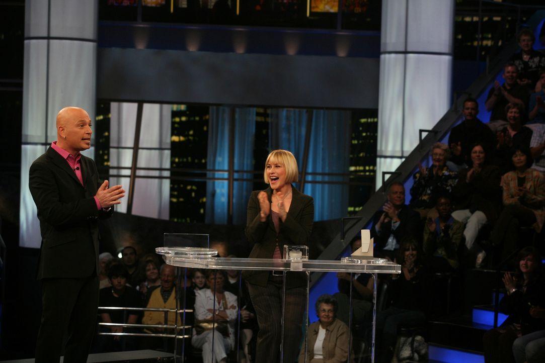 """Allison (Patricia Arquette, r.) träumt, dass sie an der Show """"Deal or no Deal"""", die von Howie Mandel (Howie Mandel, l.) moderiert wird, teilnimmt ... - Bildquelle: Paramount Network Television"""