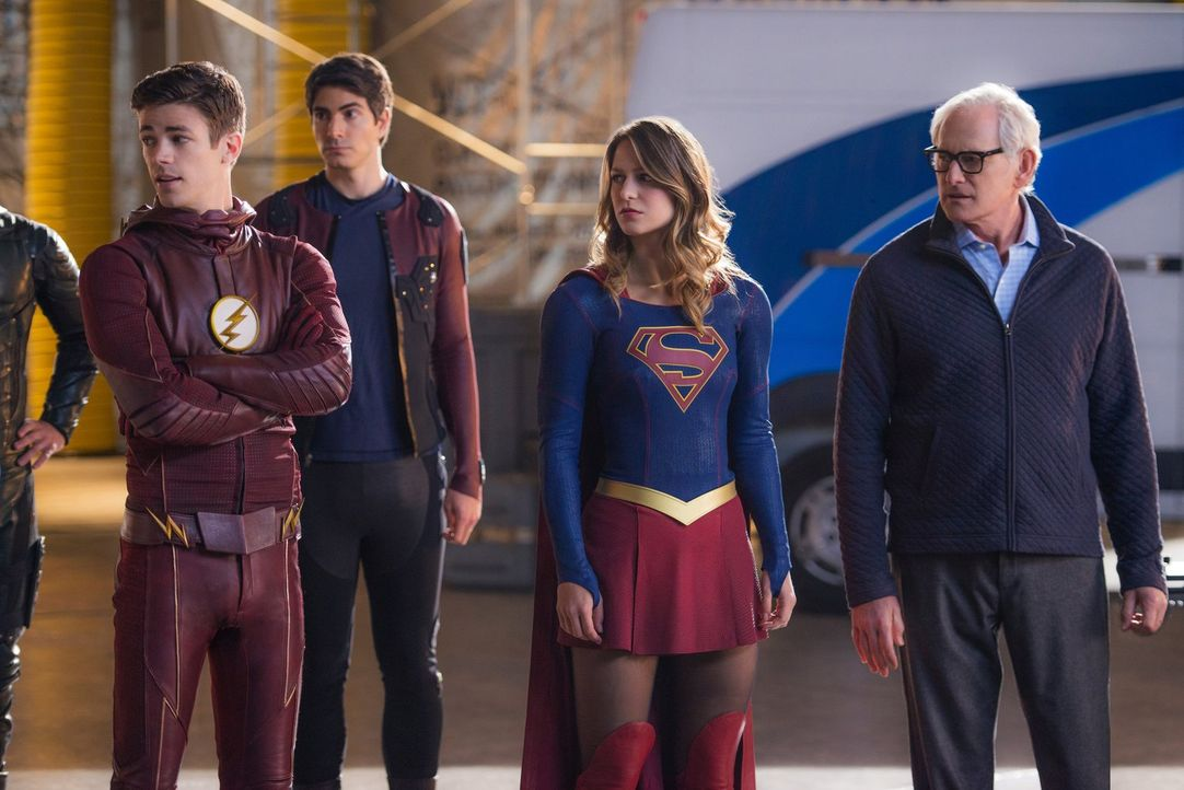 Einige böse Überraschungen warten auf Barry alias The Flash (Grant Gustin, l.), Ray (Brandon Routh, 2.v.l.), Kara alias Supergirl (Melissa Benoist,... - Bildquelle: Warner Brothers