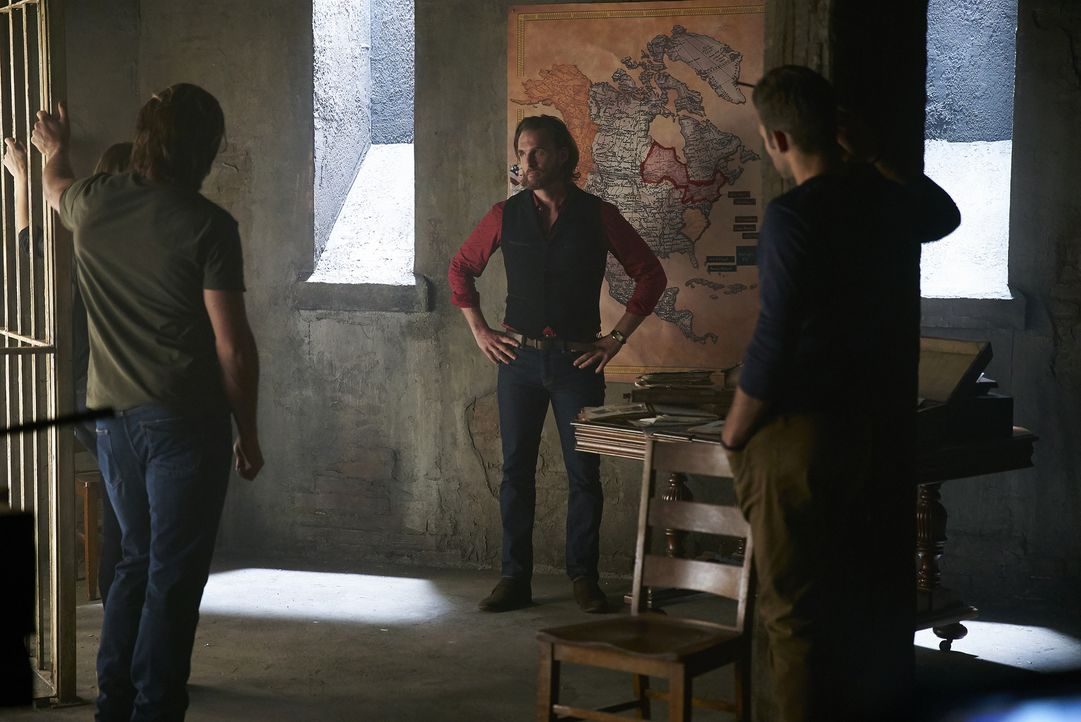 Elena, Clay und Nick sind geschockt, als ihnen Jeremy (Greg Bryk, 2.v.r.) seinen neusten Plan unterbreitet: Er will ein großes Rudel erschaffen - un... - Bildquelle: 2016 She-Wolf Season 3 Productions Inc.