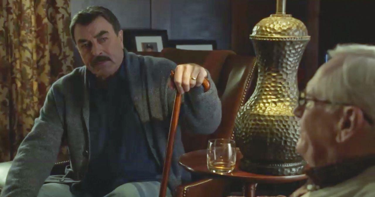 Frank (Tom Selleck, l.) sitzt mit einem verstauchten Knöchel zu Hause und ärgert sich über alles. Jetzt wird er auch noch von seinem Vater kritisier... - Bildquelle: 2014 CBS Broadcasting Inc. All Rights Reserved.