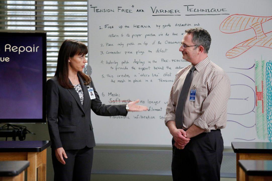 Dr. Cahill (Constance Zimmer, l.) stellt den Ärzten im Übungslabor Dr. Nessbaum (Andy Milder, l.) vor, der ihnen eine neue, einheitliche Methode für... - Bildquelle: ABC Studios
