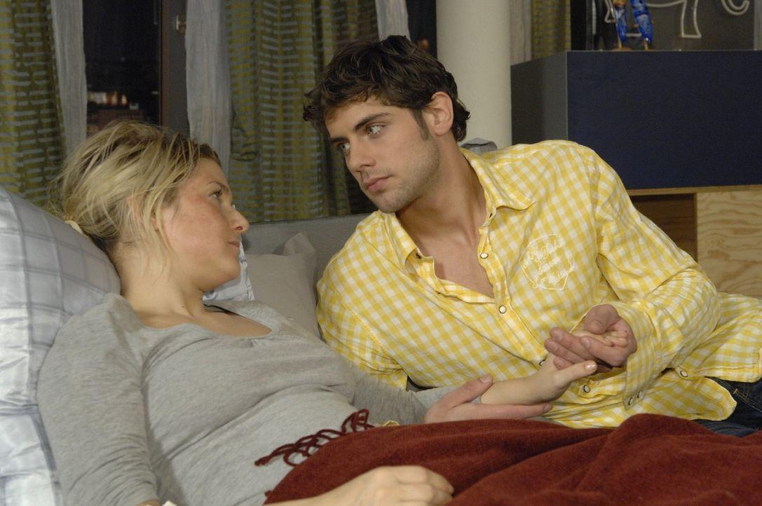 Jonas (Roy Peter Link, r.) beschließt, für Anna (Jeanette Biedermann, l.) da zu sein. - Bildquelle: Claudius Pflug Sat.1