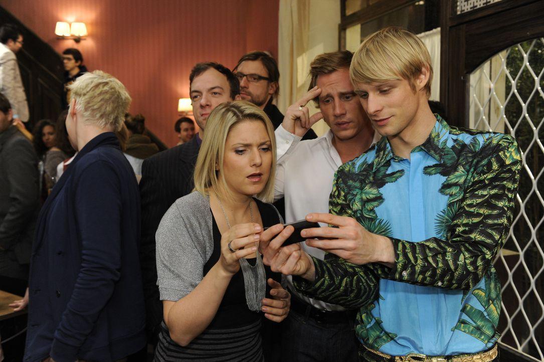 Anna (Jeanette Biedermann, vorne, l.) wundert sich, dass anscheinend alle Welt von ihrer Party weiß. Tatsächlich muss sie im Laufe des Abends fest... - Bildquelle: SAT.1