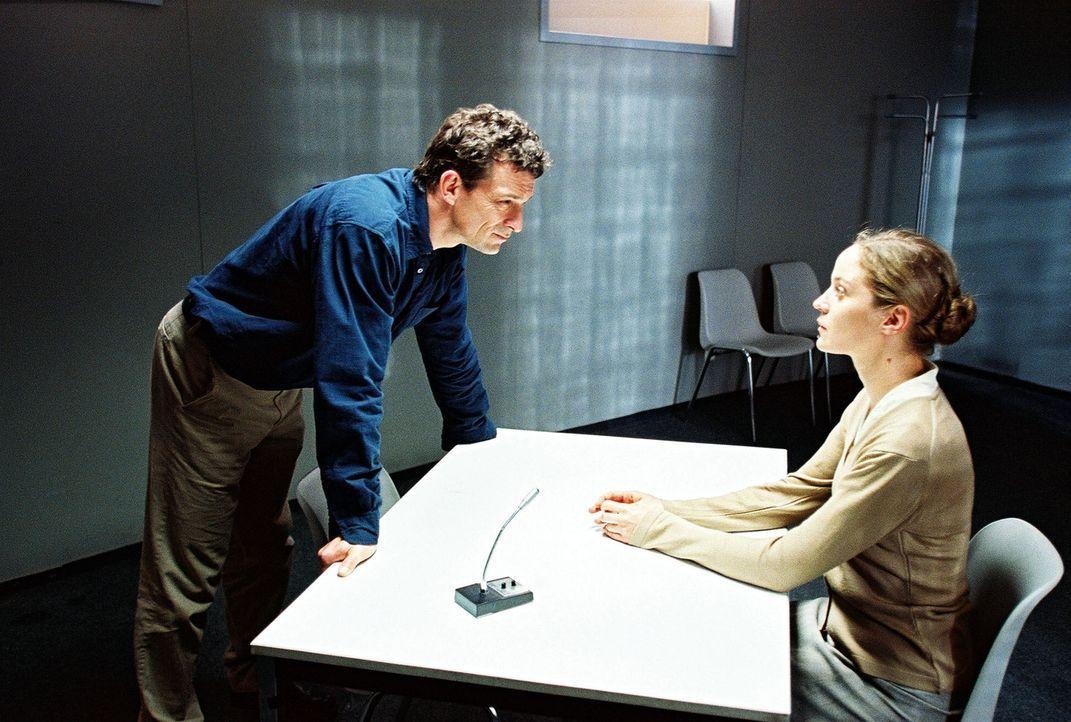 Frau Sandmann (Jeanette Hain, r.) behauptet, vor Jahren den Arzt Dr. Alfons Sutter erschossen zu haben. Hauptkommissar Steiner (Thomas Sarbacher, l.... - Bildquelle: Thomas Kost Sat.1