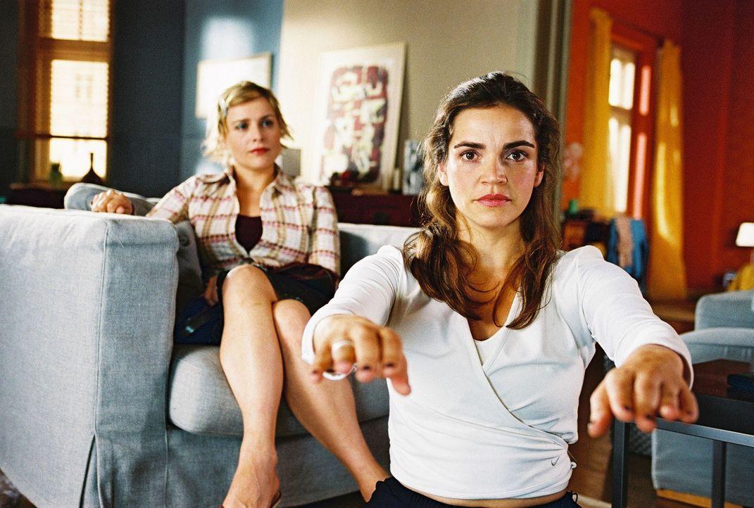 Biene (Isabel Tuengerthal, l.) berichtet Sandra (Rebecca Immanuel, r.), dass sich ihre Praktikantin Monika und Felix immer näher kommen. Sandra bes... - Bildquelle: Hardy Spitz Sat.1