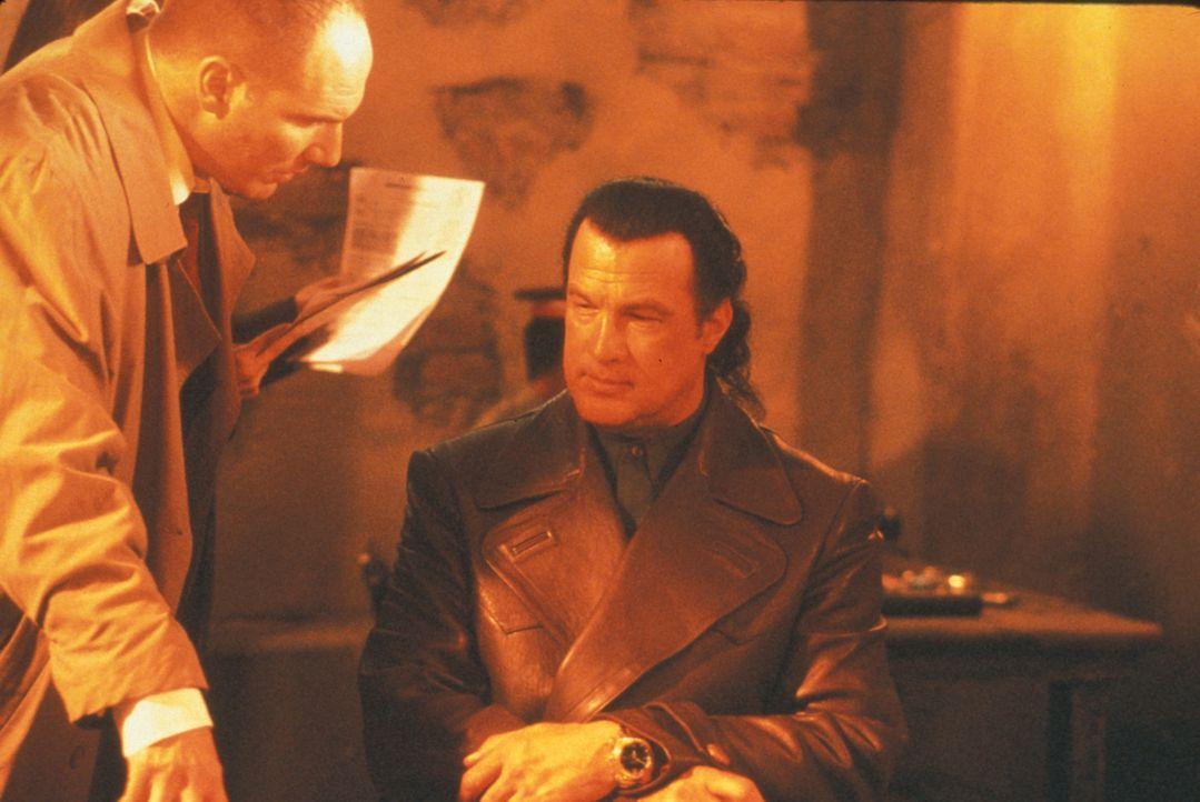 Um an die Drahtzieher des Drogenschmuggels zu kommen, setzt Agent Ed Grey (Corey Johnson, l.) Archäologieprofessor Robert Burns (Steven Seagal, r.)... - Bildquelle: Nu Image