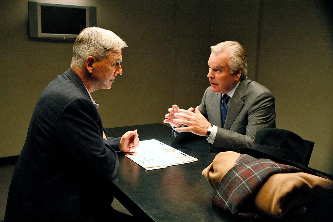 Während der Ermittlungen eines neuen Mordfalles taucht plötzlich Tonys Vater Anthony (Robert Wagner, r.) auf. Gibbs (Mark Harmon, l.) stellt den Vat... - Bildquelle: CBS Television