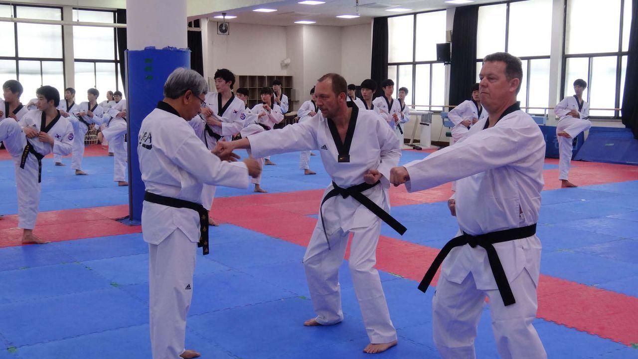 Taekwondo- diese traditionelle Kampfsportart beherrscht in Seoul jeder Polizist- und ist oft die beste Waffe im Nahkampf. Toto (r.) & Harry (M.) mac... - Bildquelle: kabel eins