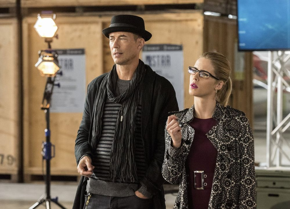 Während Felicity (Emily Bett Rickards, r.) begeistert über die Zusammenarbeit so vieler Helden ist, bittet Wally H.R. (Tom Cavanagh, l.) um einen Ge... - Bildquelle: 2016 Warner Bros.