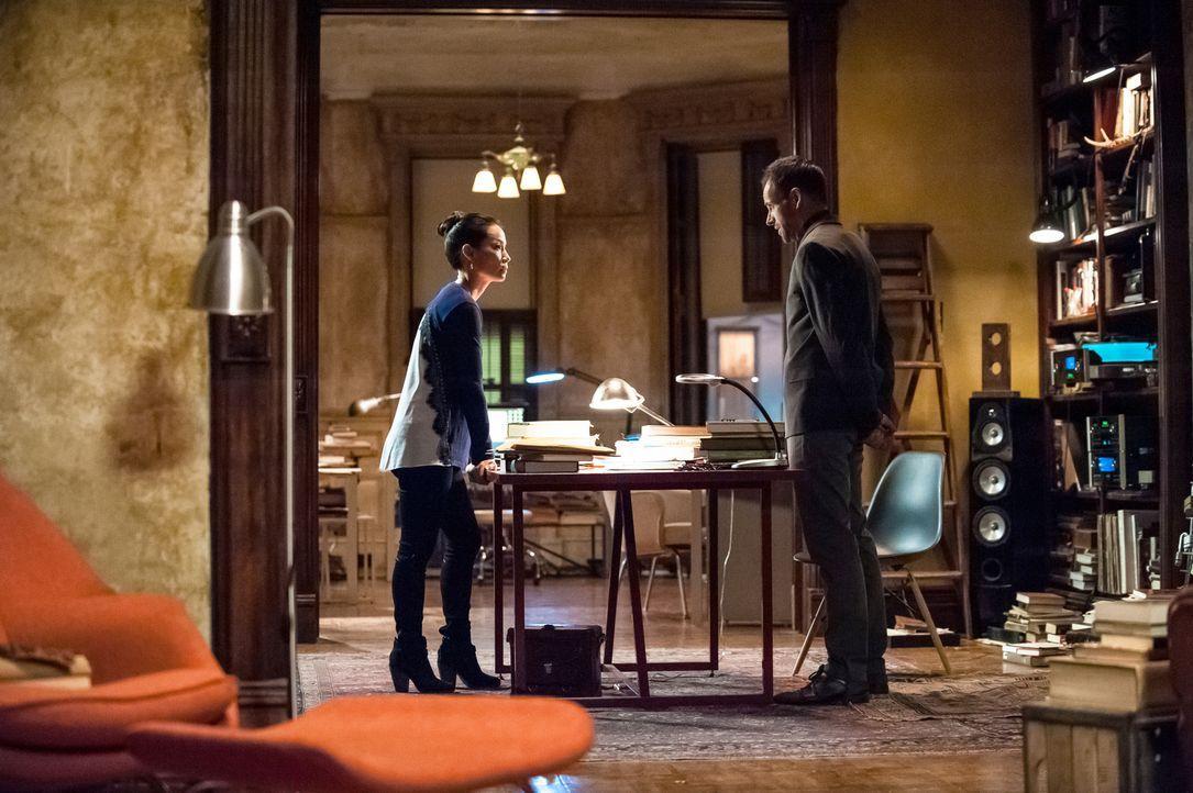 Als Watson (Lucy Liu, l.) die Briefe sieht, die Moriarty seit geraumer Zeit an Holmes (Jonny Lee Miller, r.) schickt und von ihrer Korrespondenz erf... - Bildquelle: CBS Television
