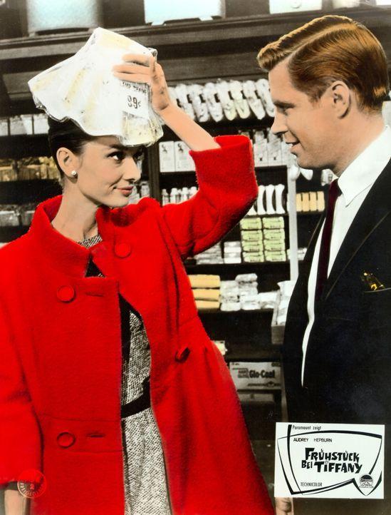 Eigentlich ist Holly (Audrey Hepburn, l.) auf der Suche nach einem Millionär - doch dann lernt sie ausgerechnet den mittellosen Schriftsteller Paul... - Bildquelle: Paramount Pictures