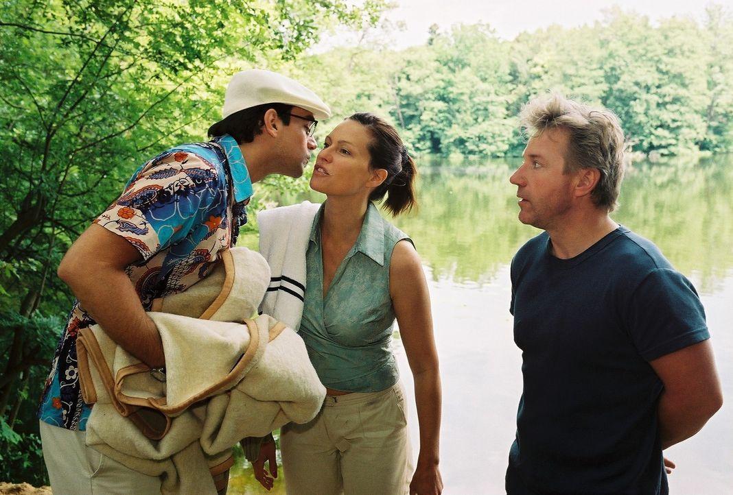 Tom (Jörg Schüttauf, r.), der sich längst in Michaela (Nina Kronjäger, M.) verliebt hat, ist über die Ankunft seines Nebenbuhlers Stefan (Harry... - Bildquelle: Oliver Ziebe Sat.1