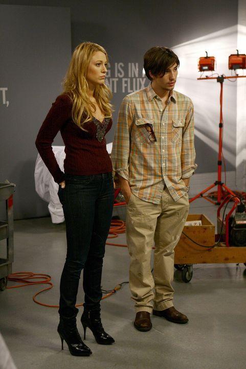 Serena (Blake Lively, l.) lernt den Künstler Aaron (John Patrick Amedori, r.) kennen und hat einen heißen Flirt mit ihm, doch dann zieht er mit eine... - Bildquelle: Warner Brothers