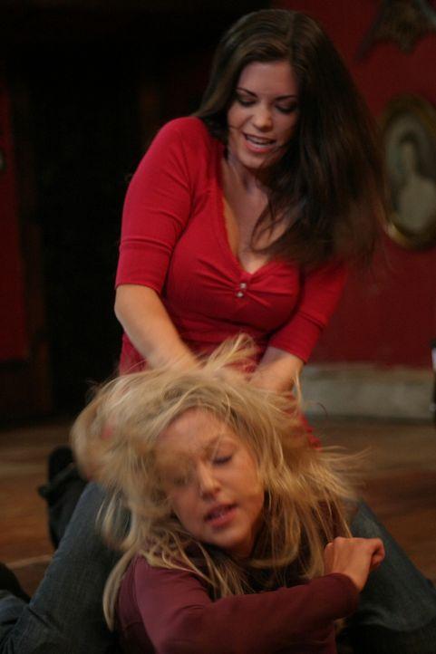 Der Streit eskaliert: Daisy (Miriam McDonald, vorne) und Azalea (Shawna Waldron, hinten) ... - Bildquelle: 2008   Warner Brothers