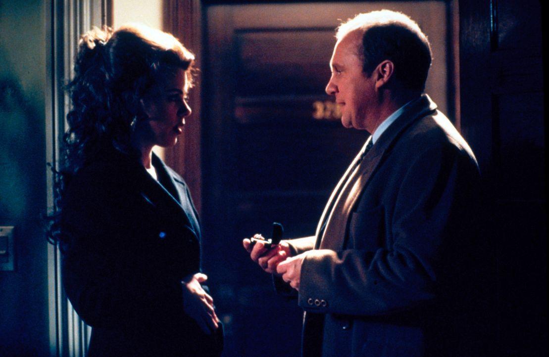 Jackie (Debi Mazar, l.) und Dr. Leski (Peter Firth, r.) führen ein Gespräch ... - Bildquelle: CBS Television